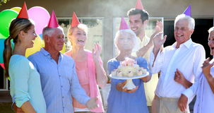 Доктора и пожилой гражданин празднуя день рождения сток-видео