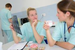 Доктора команды анализируя рентгеновский снимок в медицинском офисе Стоковые Фото