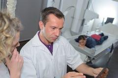 Доктора команды анализируя рентгеновский снимок в медицинском офисе Стоковое Изображение RF