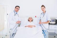 Доктора навещая женский пациент в больнице Стоковая Фотография