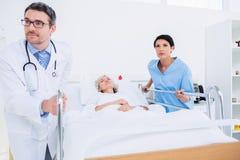 Доктора навещая пациент в больнице Стоковое фото RF