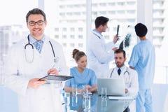 Доктора на работе в медицинском офисе Стоковые Фотографии RF