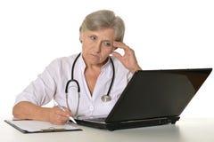 Доктора на таблице на белой предпосылке Стоковые Изображения