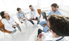 Доктора обсуждают рентгеновский снимок, сидя в офисе Стоковые Фото