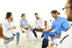Доктора обсуждают рентгеновский снимок, сидя в офисе Стоковые Изображения