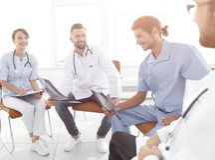 Доктора обсуждают рентгеновский снимок, сидя в офисе Стоковая Фотография RF