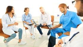 Доктора обсуждают рентгеновский снимок, сидя в офисе Стоковое Изображение
