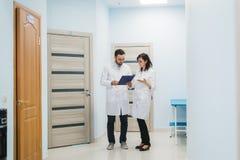 2 доктора обсуждая диагноз пока идущ Стоковые Фотографии RF