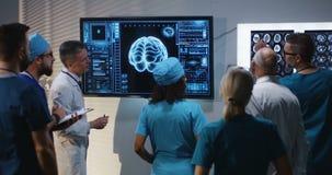 Доктора обсуждая диагноз видеоматериал