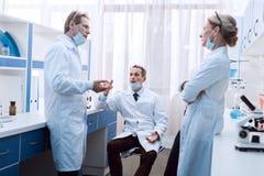 Доктора обсуждая работу Стоковое Изображение