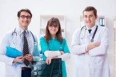 3 доктора обсуждая результаты развертки изображения рентгеновского снимка Стоковые Фотографии RF