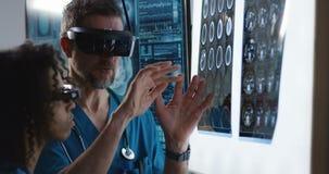 Доктора обсуждая результаты сканирования мозга видеоматериал