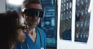 Доктора обсуждая результаты сканирования мозга сток-видео