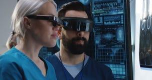 Доктора обсуждая результаты сканирования мозга акции видеоматериалы