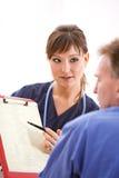 Доктора: Обсуждать результаты теста с пациентом Стоковая Фотография