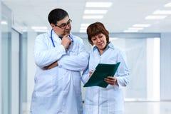 Доктора обсуждают диагноз Стоковые Фотографии RF