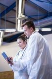 Доктора обсуждая над цифровой таблеткой Стоковые Фотографии RF