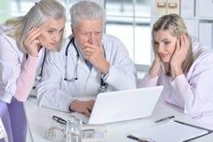 Доктора обсуждая что-то Стоковое Изображение RF