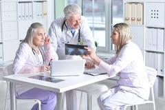 Доктора обсуждая что-то Стоковые Изображения