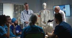 Доктора объясняя диагноз их коллегам сток-видео