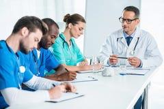 доктора переговора имея команду Стоковое Изображение