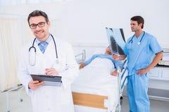 Доктора проводя отчеты пациентом на больнице Стоковая Фотография