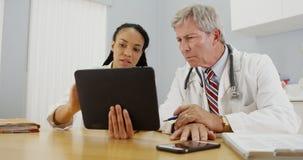 Доктора работая совместно в офисе Стоковое Изображение RF