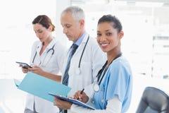 Доктора работая совместно на файле пациентов Стоковая Фотография RF