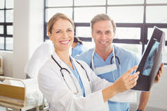 Доктора рассматривая рентгеновский снимок в больнице Стоковые Фото
