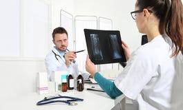 Доктора рассматривая рентгеновский снимок на офисе Стоковое Изображение RF