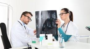 Доктора рассматривая рентгеновский снимок на офисе Стоковая Фотография