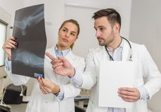 Доктора рассматривая рентгеновский снимок пациента Стоковая Фотография RF