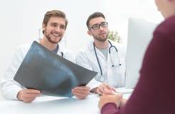 2 доктора рассматривая рентгеновский снимок пациента Стоковое Изображение