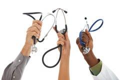 Доктора: Руки в воздухе с стетоскопами Стоковые Фото