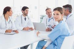 Доктора сидя совместно и говоря Стоковое Фото