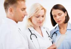 Доктора смотря ПК таблетки Стоковая Фотография