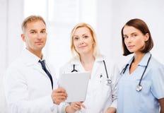 Доктора смотря ПК таблетки Стоковая Фотография RF