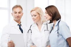 Доктора смотря ПК таблетки Стоковое Изображение