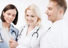 Доктора смотря ПК таблетки Стоковые Изображения