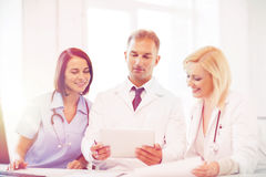 Доктора смотря ПК таблетки Стоковые Изображения RF