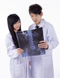 Доктора смотря рентгеновские снимки в больнице Стоковая Фотография