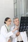 доктора смотря рентгеновский снимок портрета Стоковое Изображение