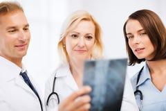 Доктора смотря рентгеновский снимок Стоковое Фото