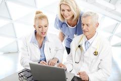 Доктора советуя с на современной больнице Стоковые Изображения RF