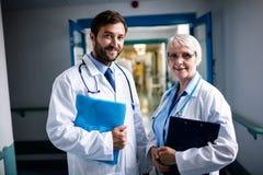 Доктора стоя вместе с доской сзажимом для бумаги и файлом Стоковое Изображение RF