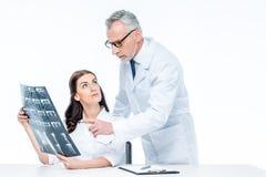 Доктора с изображением рентгеновского снимка Стоковое Фото
