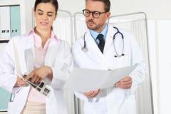 Доктора с медицинскими историями, концепцией советуют с Стоковые Изображения RF