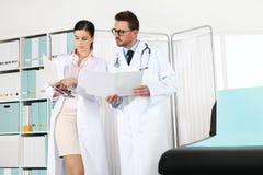 Доктора с медицинскими историями, концепцией советуют с Стоковая Фотография RF