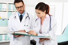 Доктора с медицинскими документами, концепцией советуют с Стоковая Фотография
