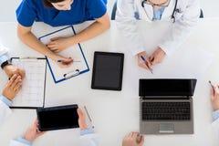 Доктора с cardiogram и компьютеры на больнице Стоковые Фото
